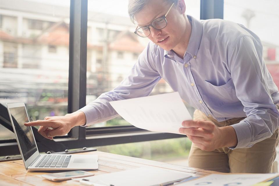 man-looking-at-laptop-sustainable-printing